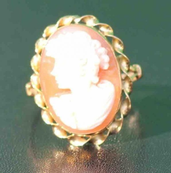 A-LARGE-CAMEO-SET-RING-DEPICTING-A-CLASSICAL-WOMAN-IN-PROFILE-18-CT-GOLD-UK-N-U-283284320513